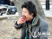 """30岁流浪汉当街生吃死狗 因""""今天胃口好"""""""